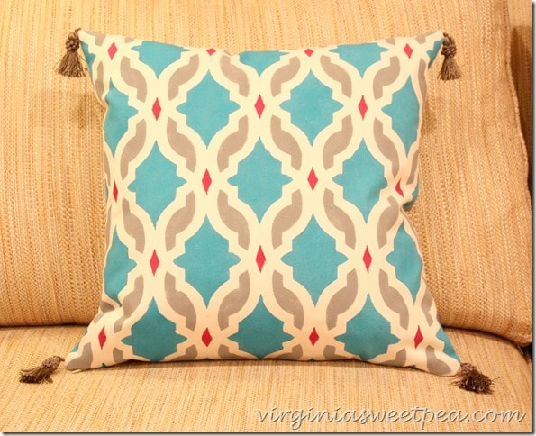 How to Paint a Pillow with a Stencil