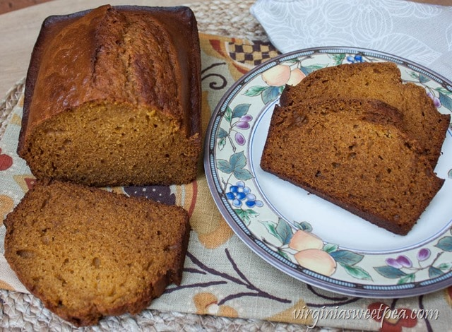 Pumpkin Honey Beer Bread - Perfect for fall, this bread combines the taste of pumpkin, honey, and beer into one yummy fall treat. Get the printable recipe at virginiasweetpea.com.