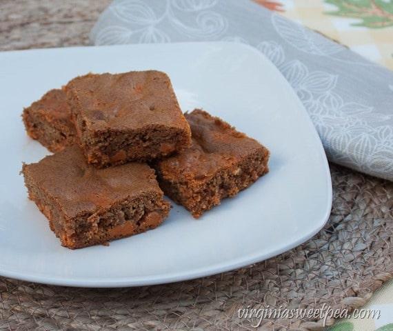 Salted Caramel Cinnamon Bars - This tasty dessert is a real crowd pleaser! virginiasweetpea.com