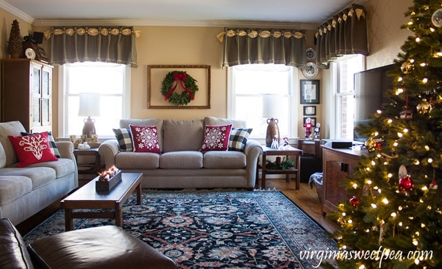 Family Room Christmas Home Tour - virginaisweetpea.com