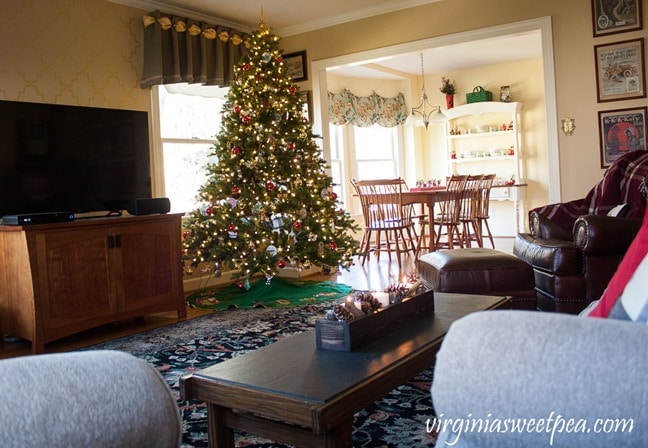 Christmas in the Family Room - virginiasweetpea.com