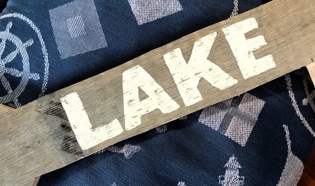 Make a Pallet Wood Arrow Lake Sign following a step-by-step tutorial. #DIY #DIYwoodarrow #woodarrow #palletwoodarrow #palletproject #smithmountainlake