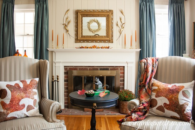 Fall Mantel and Living Room Decor with Vintage Charm #fall #falldecor #vintage #vintagedecor