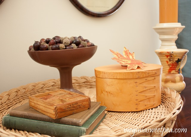 Fall Vignette with Vintage in Gold, Brown, and Orange #fall #falldecor #vintage #vintagedecor