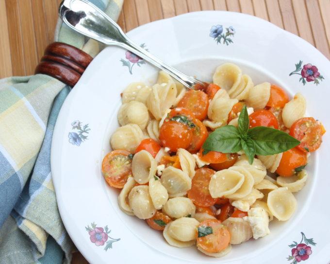 Easy Cherry Tomato Pasta Sauce - This delicious pasta dish has a no-cook cherry tomato sauce. #pasta #pastarecipe