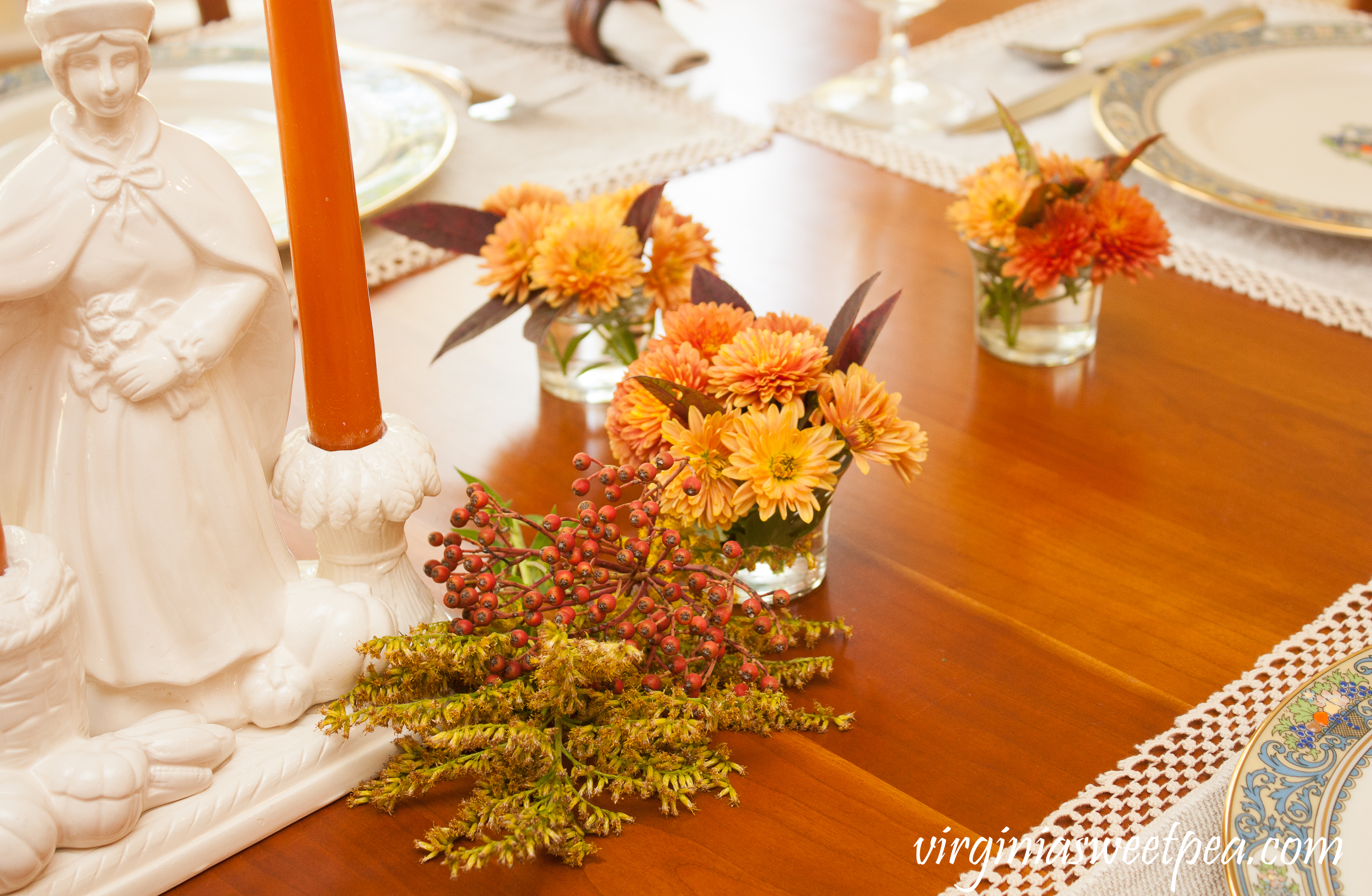 Create easy and inexpensive floral arrangements for your fall or Thanksgiving table with flowers and berries from your yard or neighborhood. #thanksgiving #fallflorals #flowerarrangement #thanksgivingtable