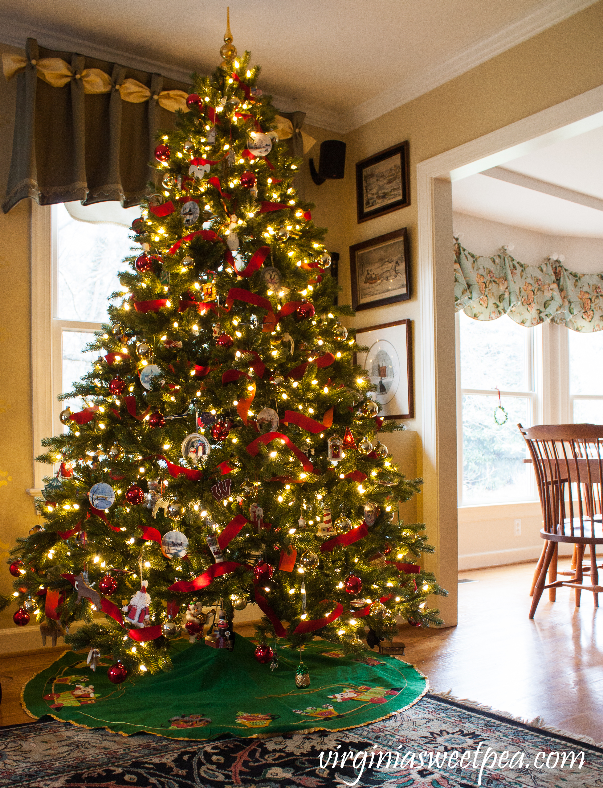 Christmas in the Family Room - Decorated Christmas tree #christmas #christmasdecor #christmasdecorations