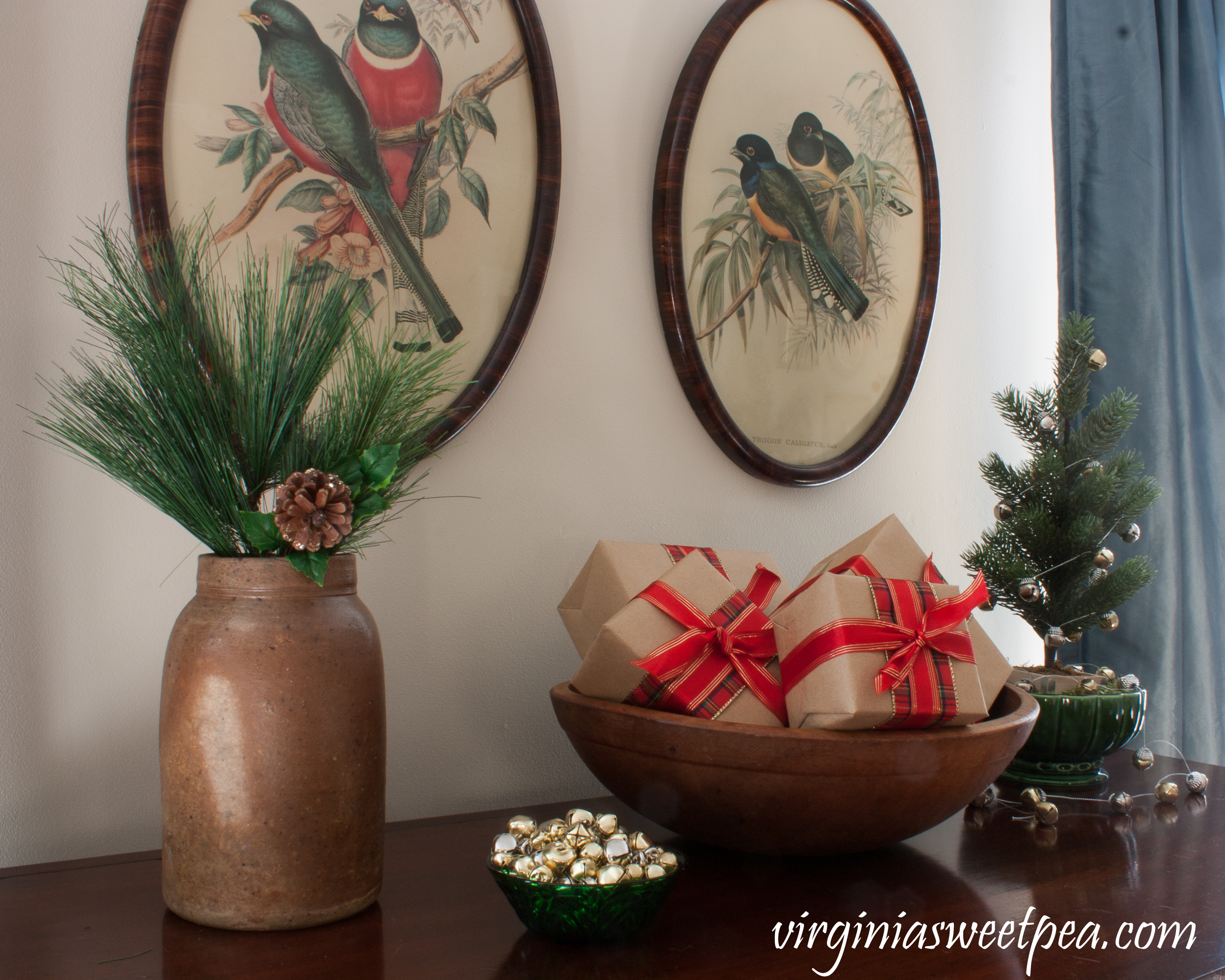 Christmas Home Tour - Christmas vignette using a antique and vintage. #christmas #vintage #christmasdecorations #vintagechristmas