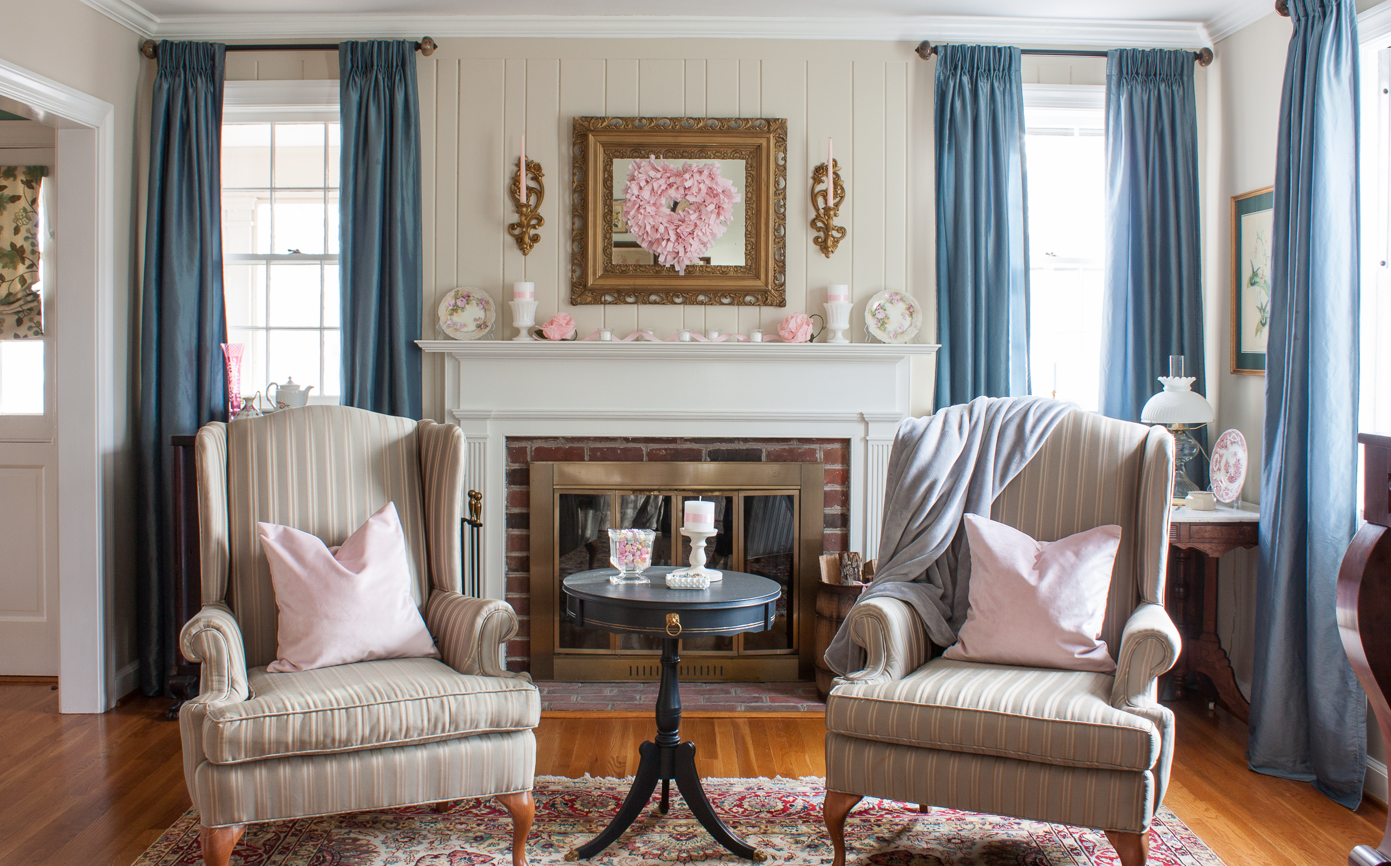 Romantic Valentine's Day Mantel and Living Room Decor - Get ideas for decorating for Valentine's Day using vintage from 20 bloggers. #valentinesday #valentinesdaydecor #romanticdecor #vintage #vintagedecor