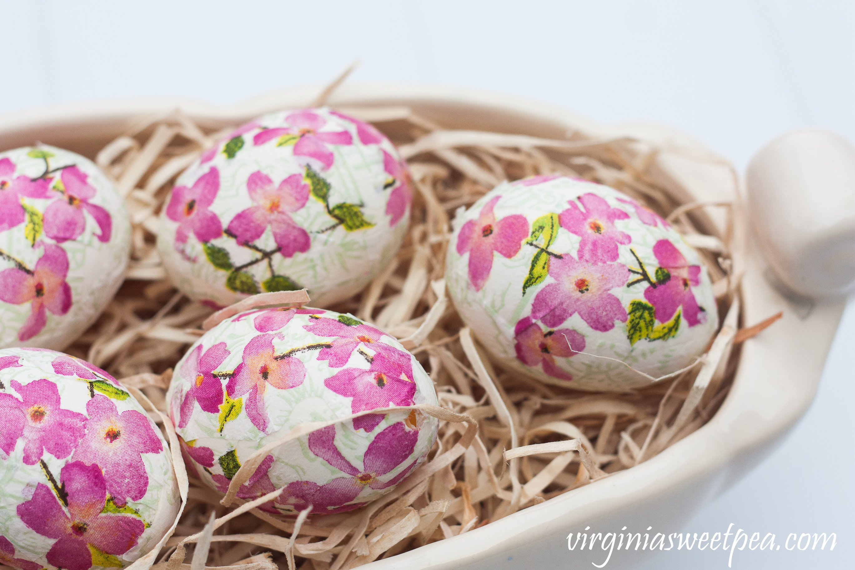 DIY Decoupaged Floral Easter Eggs - #easter #eastercraft #eastereggs #easterdecor #decoupage #decoupagedeggs