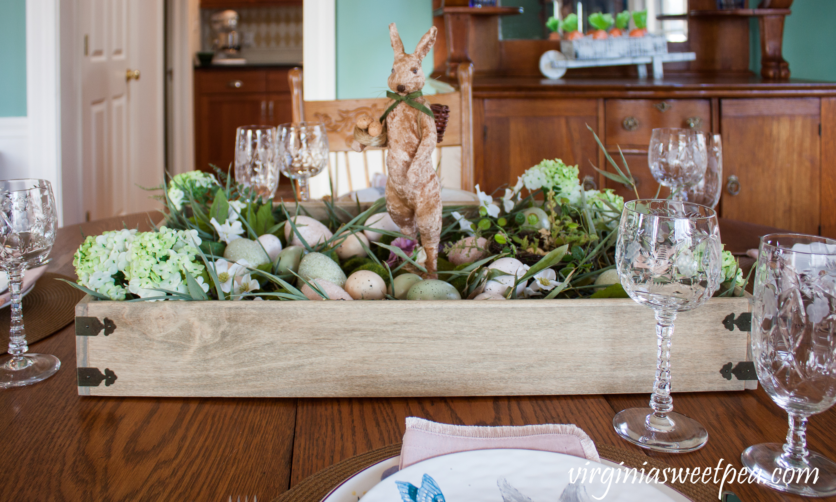 How to for making a farmhouse style Easter centerpiece #easter #eastercenterpiece #eastertablescape #farmhouse #farmhousecenterpiece #farmhousetable #eastertable