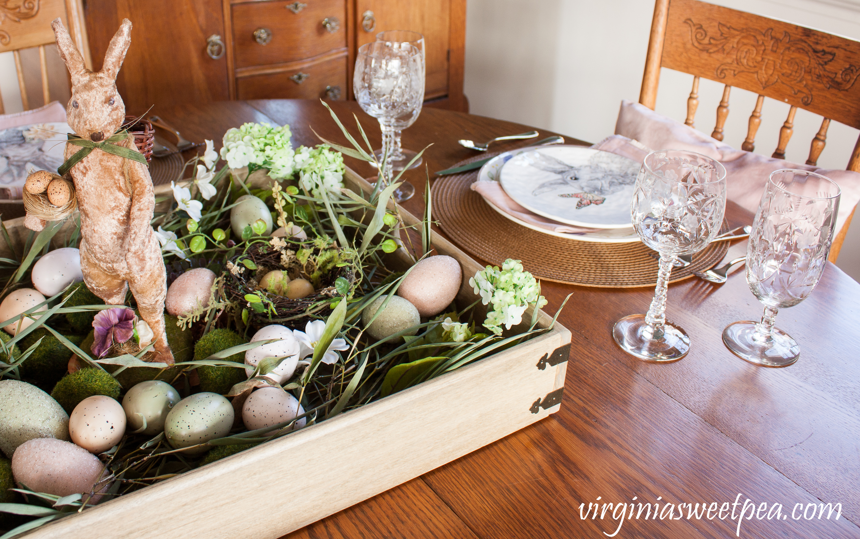 Easter Tablescape with a Farmhouse Style Centerpiece #easter #eastercenterpiece #eastertablescape #farmhouse #farmhousecenterpiece #farmhousetable #eastertable