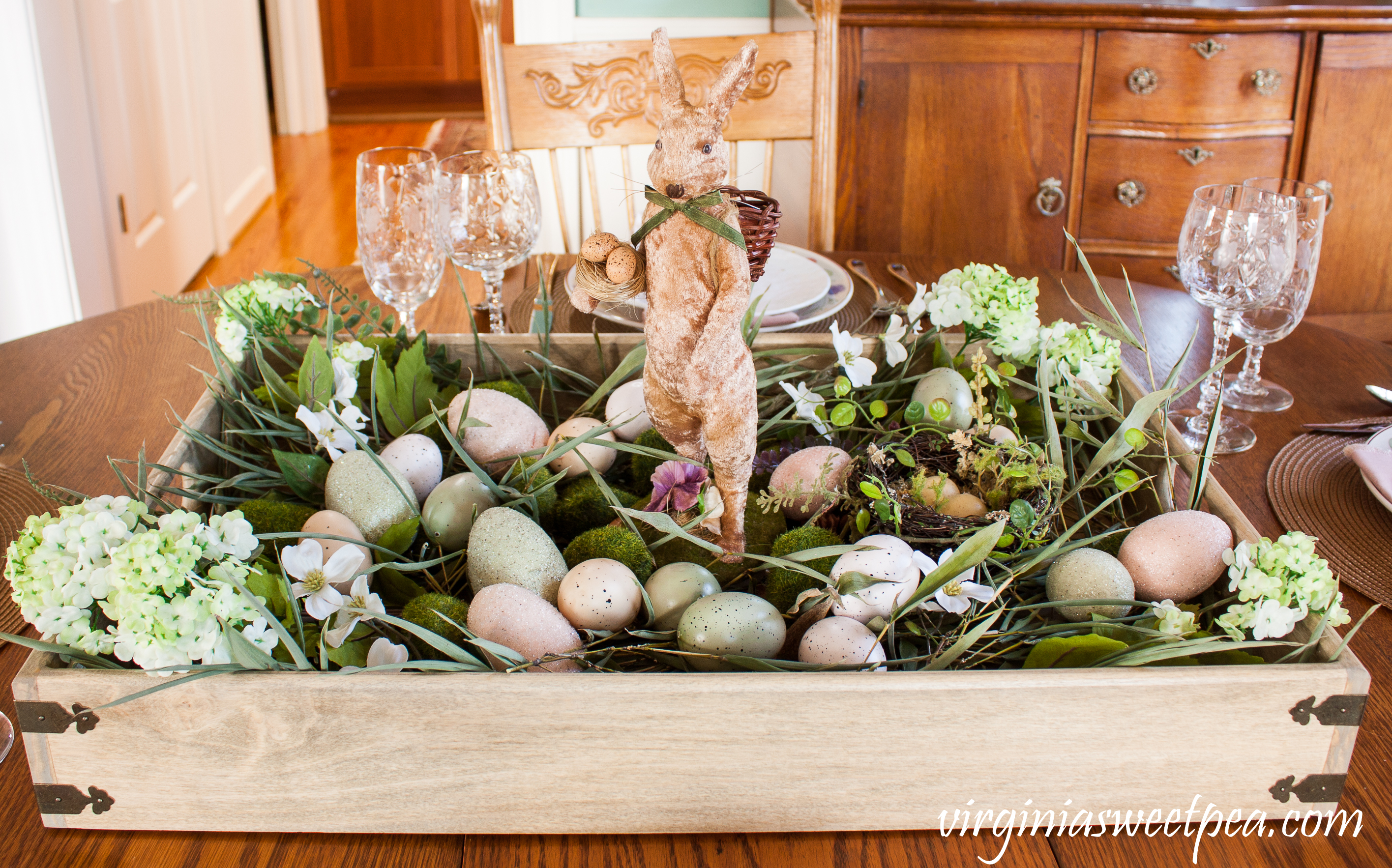 Farmhouse Style Easter Centerpiece - Learn how to make this for your home. #easter #eastercenterpiece #eastertablescape #farmhouse #farmhousecenterpiece #farmhousetable #eastertable