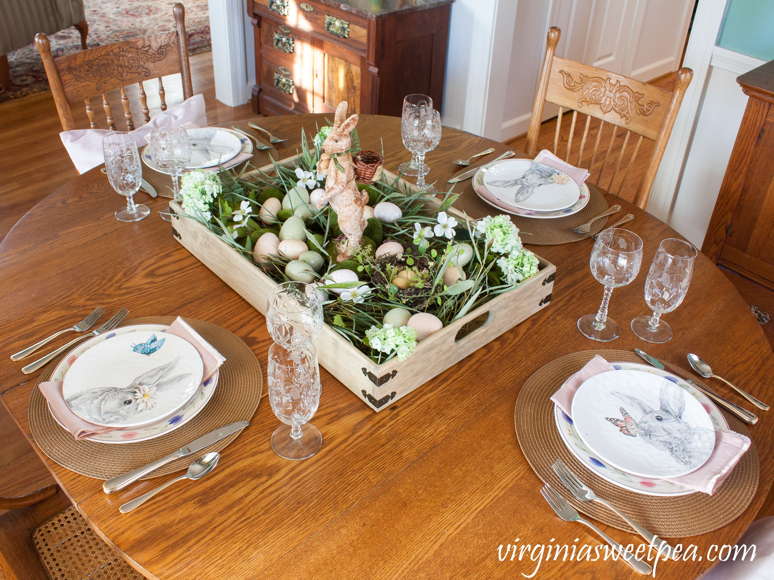 Easter Table with a Farmhouse Style Easter Centerpiece #easter #eastercenterpiece #eastertablescape #farmhouse #farmhousecenterpiece #farmhousetable #eastertable