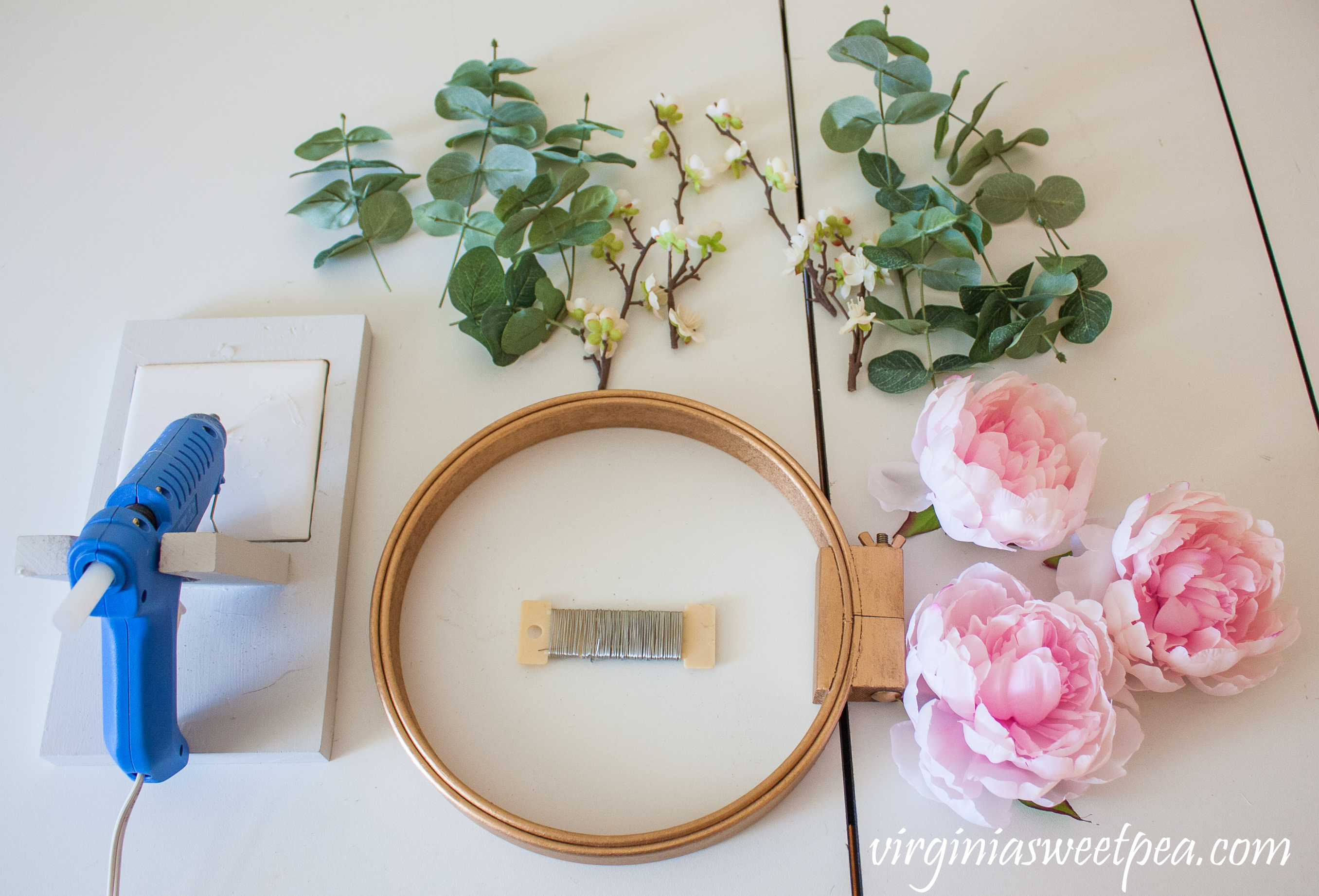 Tutorial to make a DIY spring floral embroidery hoop wreath