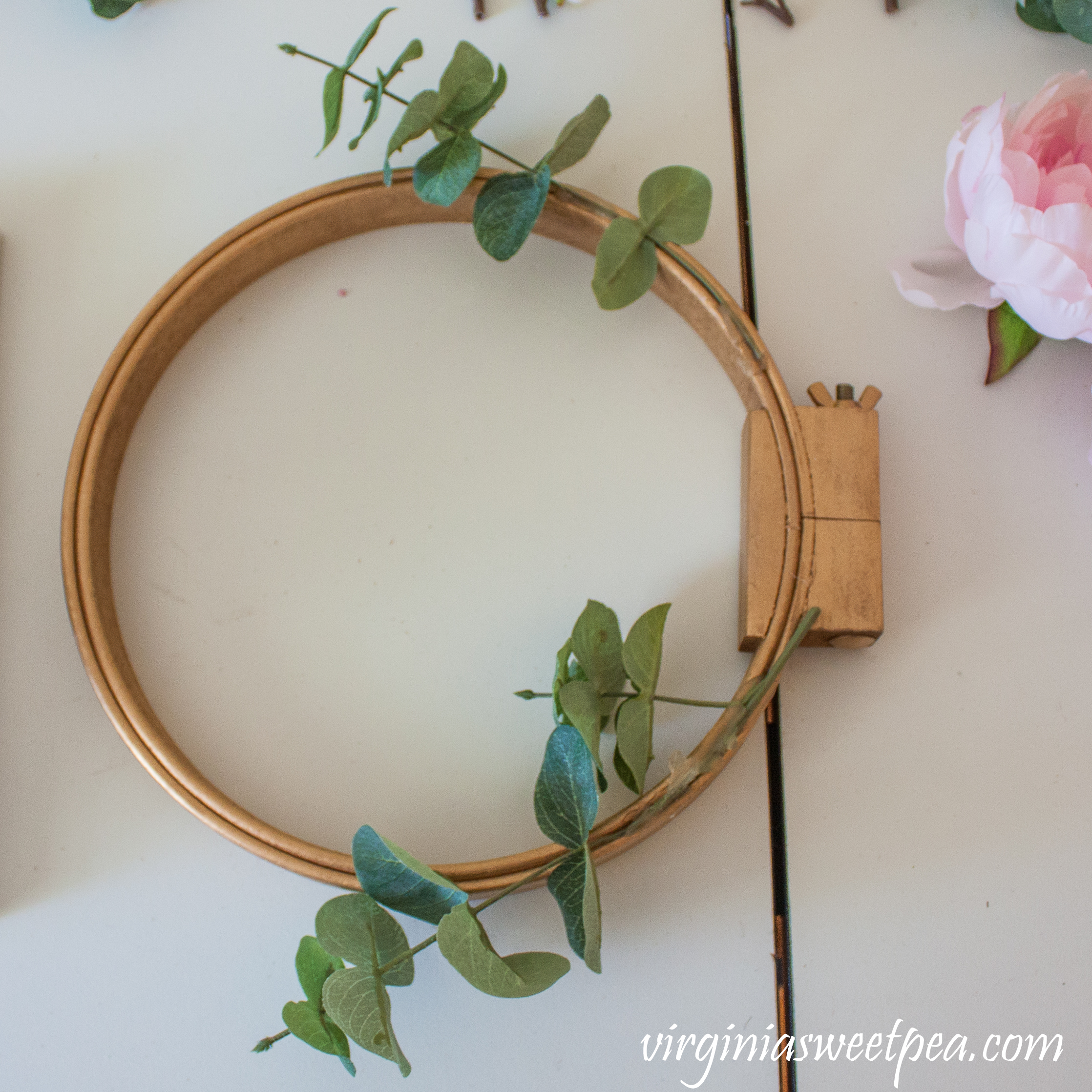 Tutorial to make a spring embroidery hoop wreath