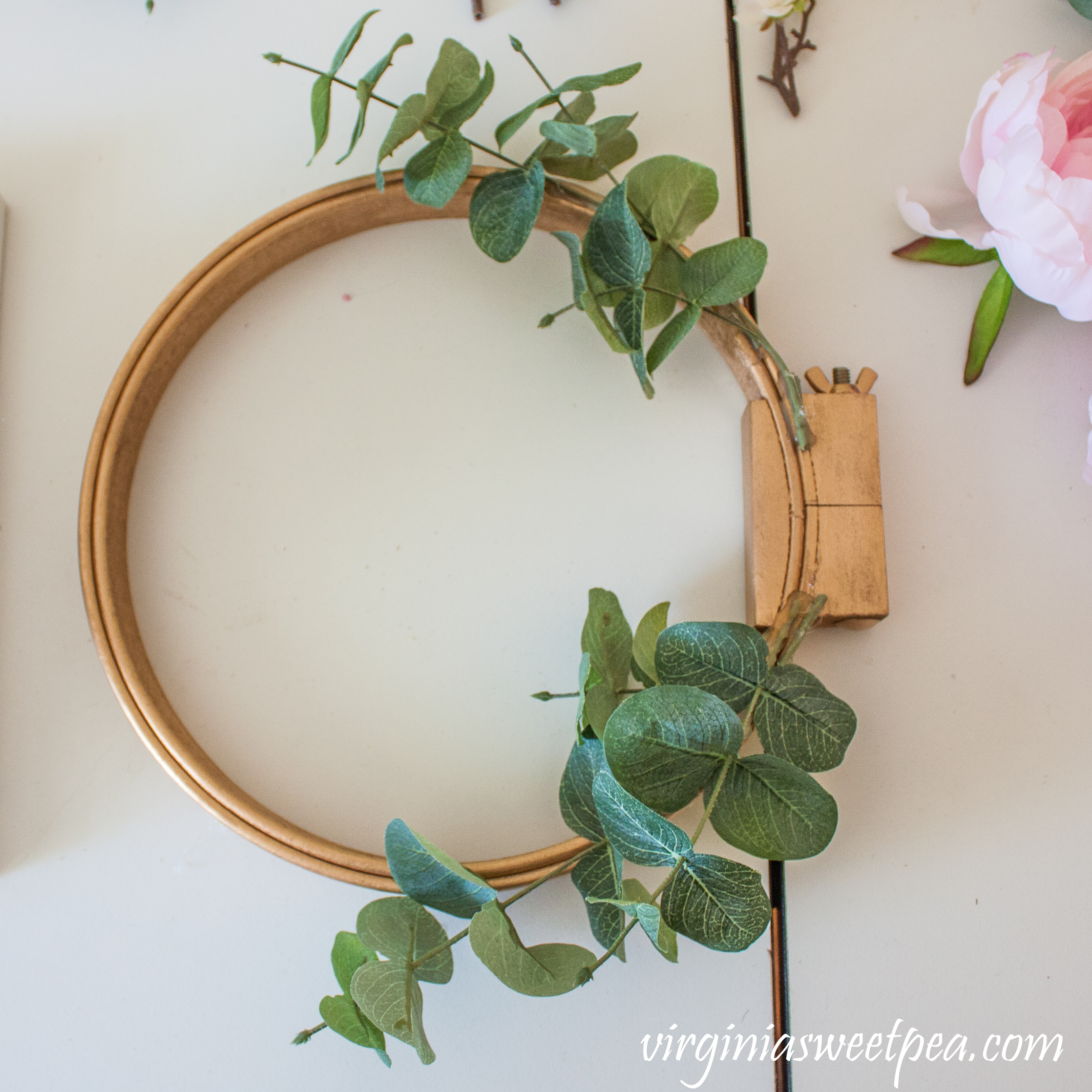 How to make an embroidery hoop wreath