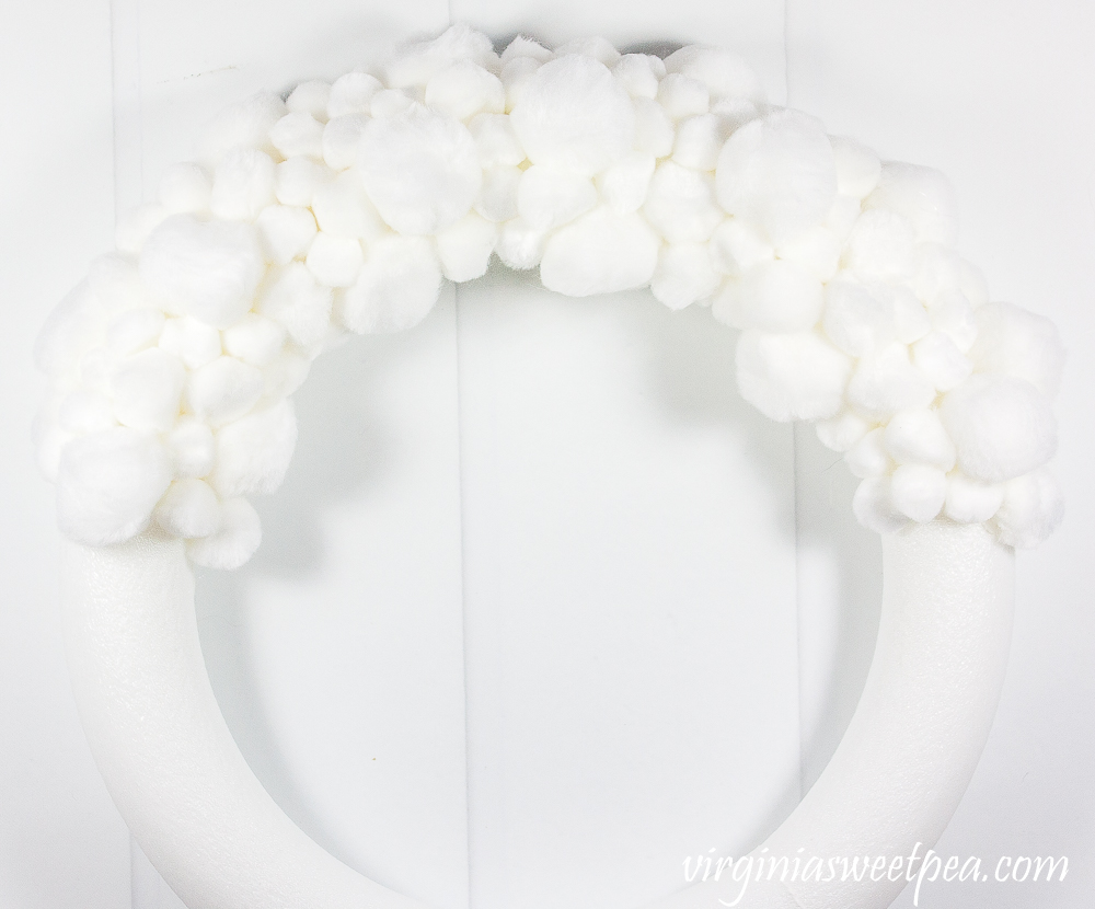 Tutorial to make an easy DIY pom pom wreath