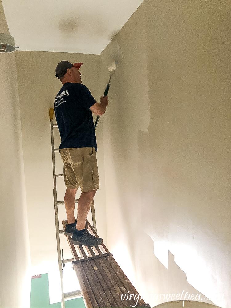 Priming walls for wallpaper